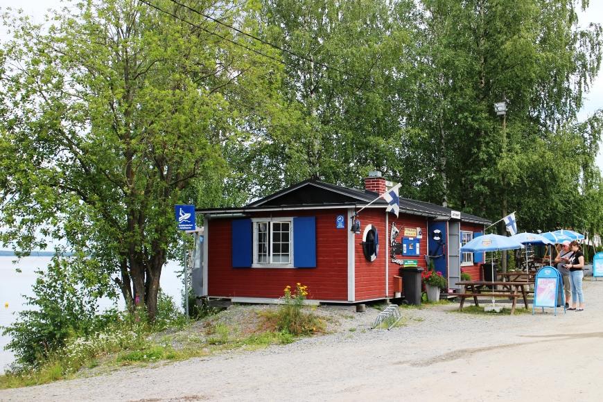 Uittotunnelin kahvila sijaitsee kauniin Näsijärven rannalla ja on mukava chillailukohde vaikkapa ulkoilun lomassa. Kuva: KivaaTekemistä.fi