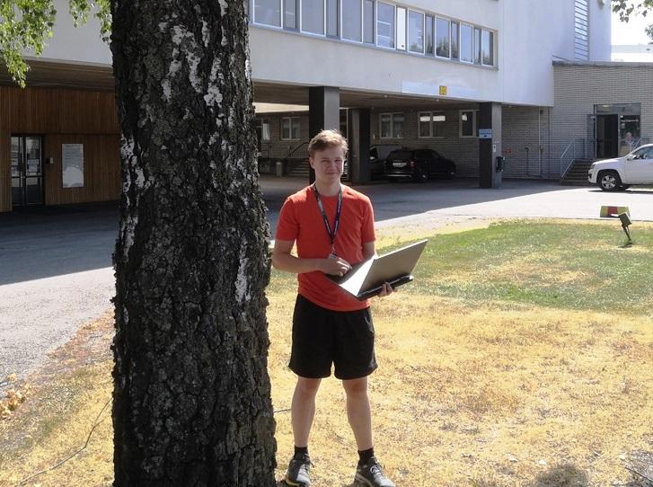 Akselille läppäri on tuttu työkalu ja hän oli kesätöissä meillä jo on viime kesänä. Kuva toimistomme edustalta Tuusulasta. Kuva: KivaaTekemista.fi