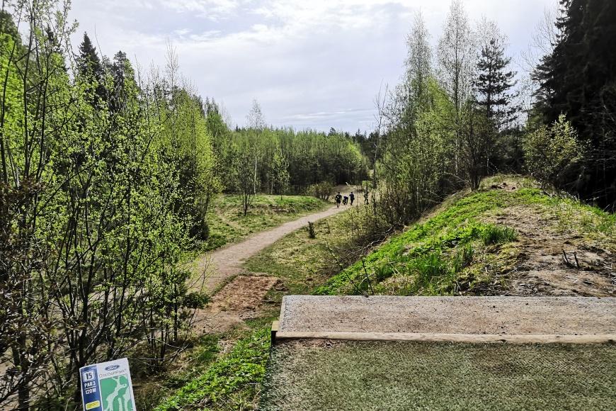 Frisbeegolf on ollut ilahduttavan suosittu kivan tekemisen harrastus korona-aikana erityisesti nuorten miesten keskuudessa. Kenttiä on eri tasoisia ympäri Suomen, kuva Tuusulan keskivaativalta Ford DiscGolfPark -kentältä, jossa useat väylät ovat yli 100-metrisiä. Kuva: KivaaTekemista.fi