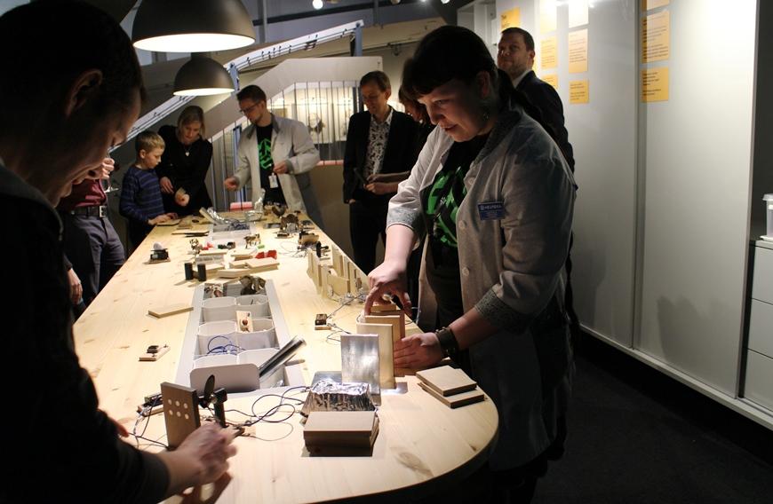 Elina esitteli Sähköinen ketjureaktio -työpistettä. Kuva: KivaaTekemistä.fi