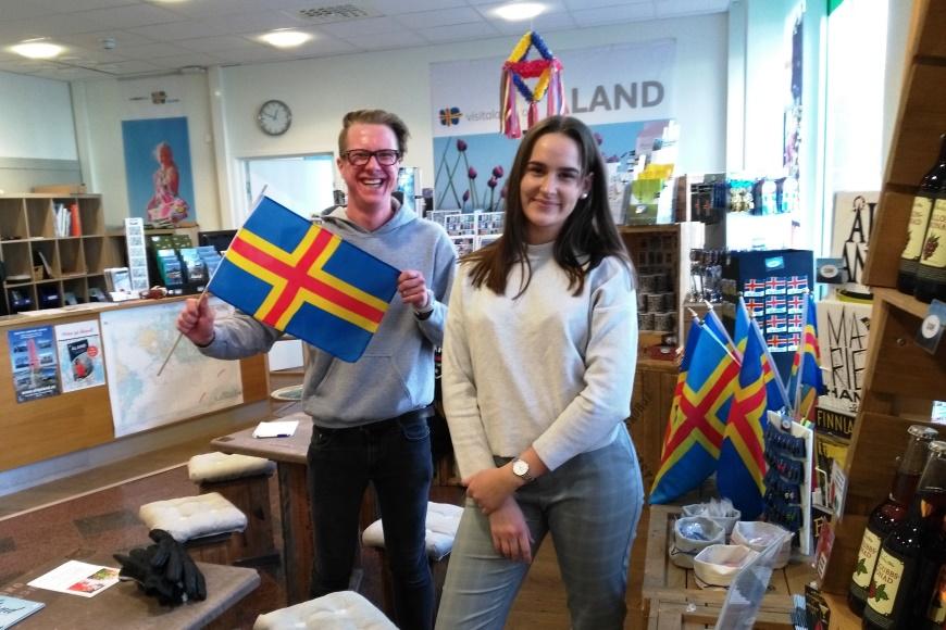 Visit Ålandin iloiset Didrik ja Felicia antoivat hyviä vinkkejä ja esitteitä. Turisti-info sijaitsee Maarianhaminan keskustassa, osoitteessa Storagatan 8. Kuva: KivaaTekemistä.fi