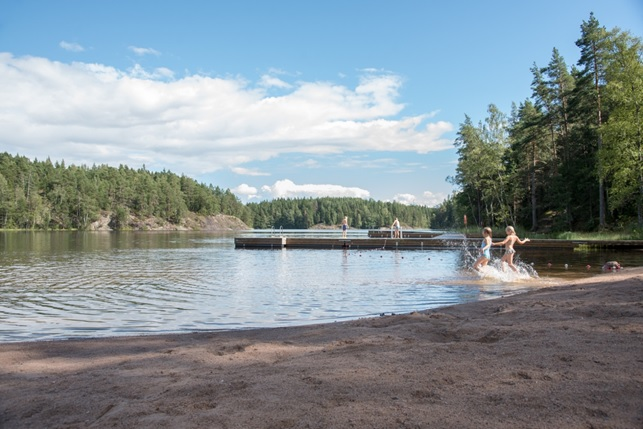Sipoo has many lakes of which some are suitable for the entire family to enjoy on warm summer days, whereas others are wilderness lakes with a different kind of appeal. The beach of Taasjärvi is situated right next to the Söderkulla centre and is easily accessible both by car and public transport. Photo: Suvi Suovaara