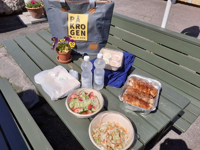 På Krogen restaurant's picnic bag comes ready with everything you need, from fresh salads to succulent ribs and delicious new potatoes with garlic. Everything is pre-cooked, so all you need to do is just heat the ribs and potatoes on the barbecue, unless you feel like eating them cool, which is absolutely fine too. You can even purchase a small bag of readily cut firewood from På Krogen. There are several free to use fire pits in the recreational areas of Sipoo archipelago! Photo: Kristian Meurman
