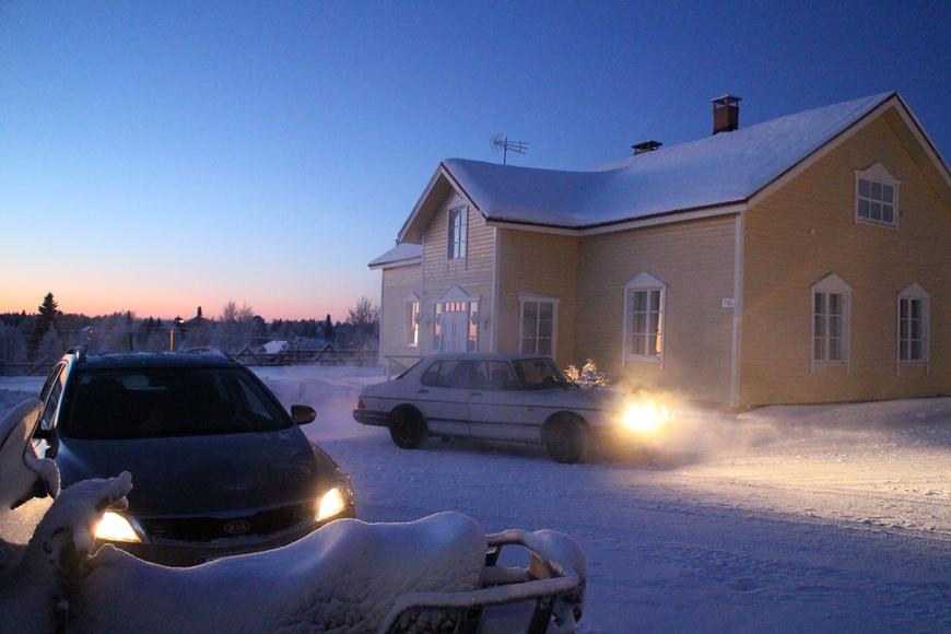 Kieringissä perinteikkään Hietalan talon (kuvassa) pihassa kovemmalla pakkasella. Hietalan vieressä sijaitsee uusi hotelli, sekin peräpohjalaistyylinen (ei kuvassa). Kuva: KivaaTekemistä.fi